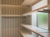 玄関収納は可動式の棚となっております